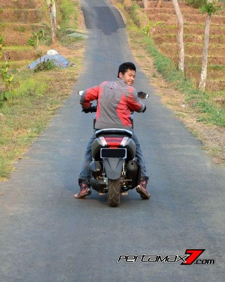tampak belakang yamaha NMAX dinaiki rider 160 cm pertamax7.com