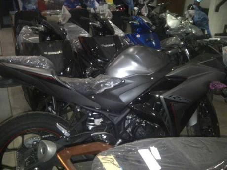 Yamaha R25 ABS warna Baru Abu-abu dan Merah sudah sampai di dealer, Monggo 01 Pertamax7.com