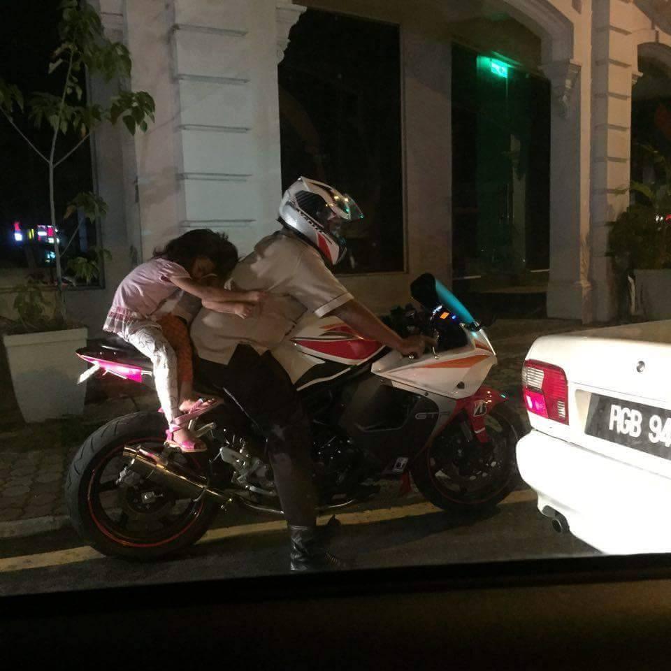 Miris, Seorang Ayah Bonceng 2 anak Pakai Superbike di Malaysia.. Tanpa Helm nampak tidur atau ketakutan pertamax7.com