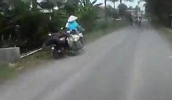 Naik Motor Ugal-Ugalan Bergaya Atraksi oleng Tabrak Orang Tua Sepeda Ontel, Yang Merekam Malah Kabur pertamax7.com