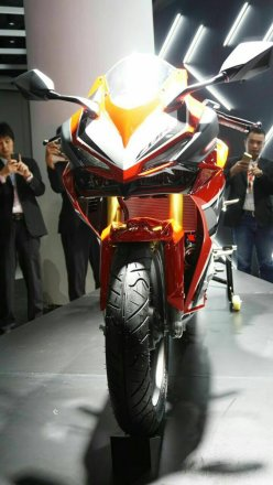 tampak depan headlamp All New Honda CBR250RR Merah seperti bertumpuk Pertamax7.com